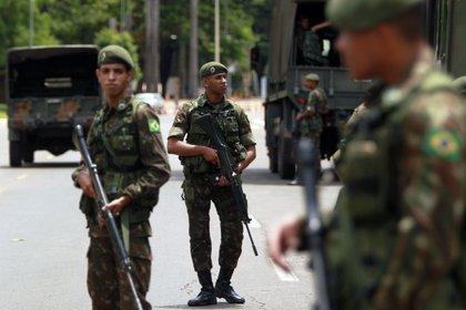 Soldados durante los preparativos para la ceremonia (AP/Raimundo Pacco)