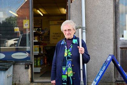 Después de que los médicos la atendieron, regresó a atender su negocio (Foto: SWNS)