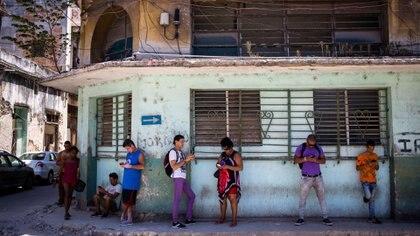 Los habaneros se conectan a Internet y buscan las zonas donde funciona mejor el wi-fi oficial. Desmond Boylan/Associated Press