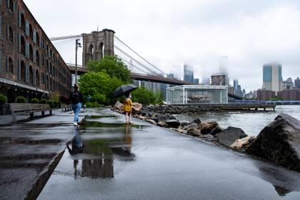 Una chica usando una máscara facial en el Puente de Brooklyn, en Nueva York REUTERS/Jeenah Moon