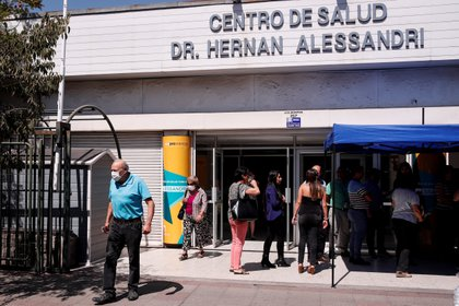 For the second day in a row, Chile registered more than 2,000 new cases a day, after several months around a thousand daily infected, which shows that the pandemic is gaining strength again.  EFE / Alberto Valdés / Archive