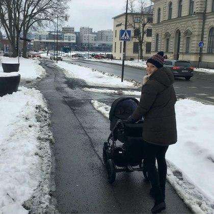 Alexandra Larsson, de paseo con su hijo en Suecia, antes de la cuarentena