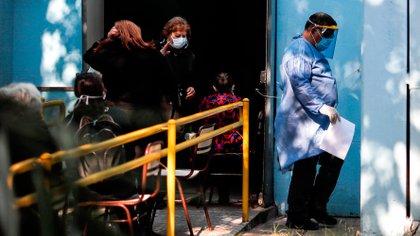 """""""El virus sigue circulando y que la curva cae de manera muy lenta. No podemos dejar de no mantener el buen uso del barbijo y el distanciamiento social. Estos dos puntos son críticos en los lugares donde hay mayor número de personas y en ambientes cerrados"""", advirtió López (EFE)"""