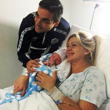 Los papás fanáticos de Gimnasia y Esgrima La Plata junto a su bebé Lobo Octavio Olindi