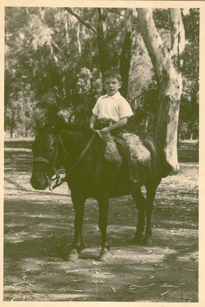 Martín aprendió a andar a caballo en los campos de su familia en Cañuelas. Es eltercero de seis hermanos