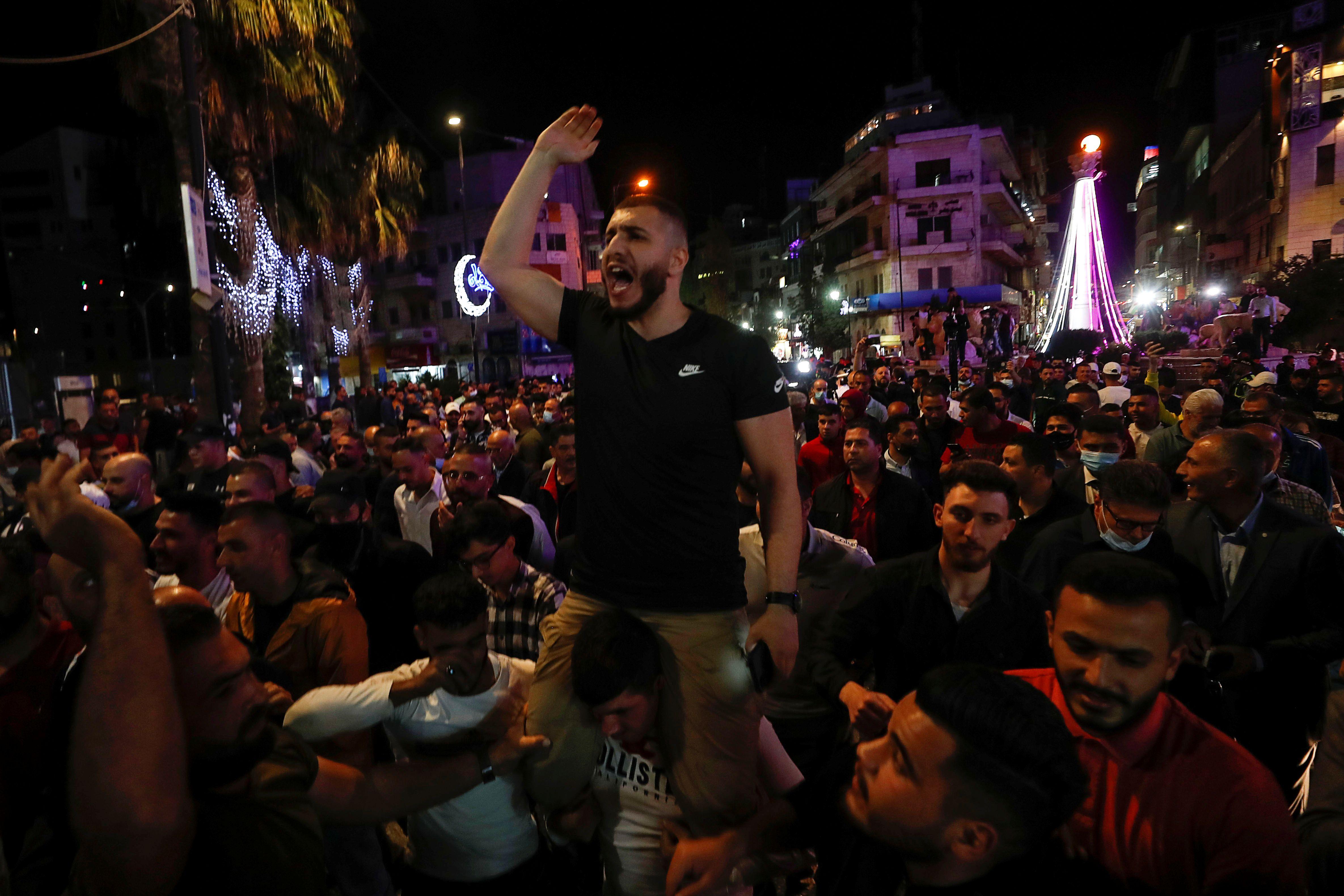 Los palestinos participan en una manifestación para exigir al presidente Mahmud Abbas que celebre las elecciones en el plazo previsto, en Ramallah, Cisjordania, el 29 de abril de 2021. REUTERS/Mohamad Torokman