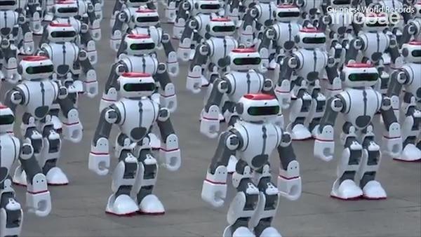 La superioridad con que el ser humano se concibe en Occidente se convierte en algo que perder ante los robots, argumentó Joi Ito.