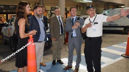 El Director Nacional de la Policía de Seguridad Aeroportuaria, José Glinsky (el segundo desde la izquierda) y la Subsecretaría de Investigación Criminal y Cooperación con la Justicia del Ministerio de Seguridad de la Nación Valentina Novick viajaron a Salta para continuar con las pesquisas