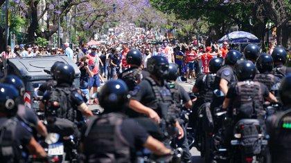 La policía de un lado y los hinchas del otro. De fondo se puede contextualizar la cantidad de gente que fue a saludar a Maradona (Franco Fafasuli)