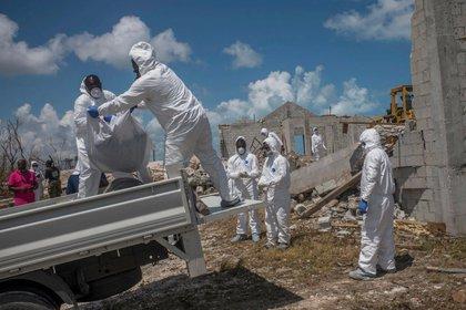 Un equipo forense recuperó cadáveres de una iglesia colapsada en Marsh Harbor, una ciudad de las Bahamas que fue muy afectada por Dorian (Credit: Daniele Volpe para The New York Times)