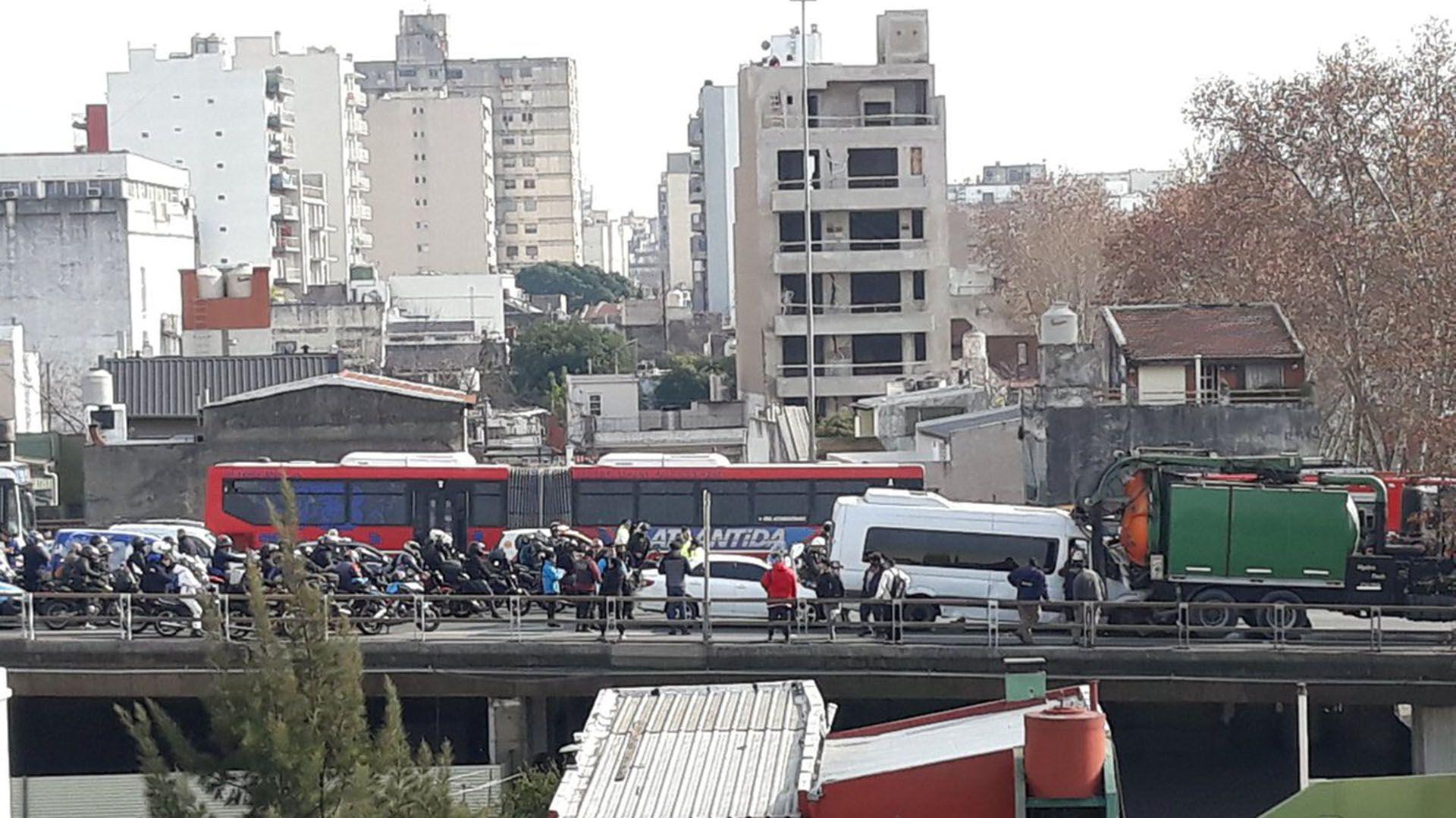 El Same, la Policía de la Ciudad y bomberos colaboraron para asistir a los heridos (@oteguiadrian)