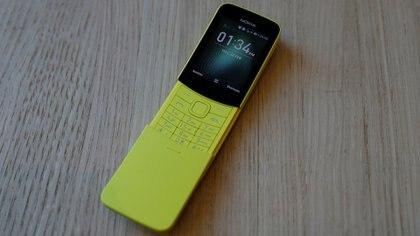 El nuevo Nokia 8110 se exhibe durante el Mobile World Congress en Barcelona (Reuters)