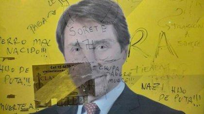 Los insultos y agravios que sufrió el periodista en un afiche en la vía pública