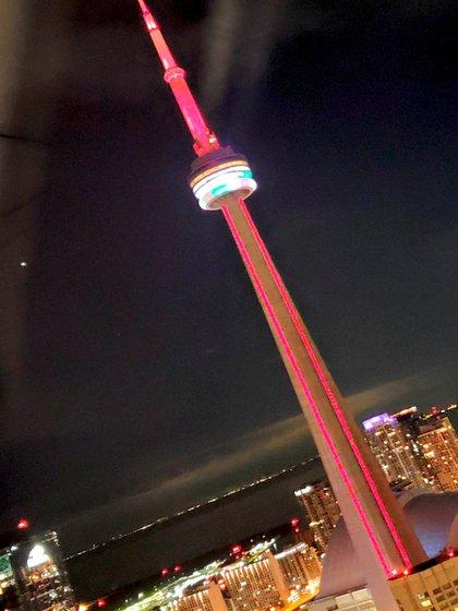 La icónica Torre CN de Toronto, la torre de radiodifusión más alta de Canadá y todo el continente americano, con los colores de El Líbano.