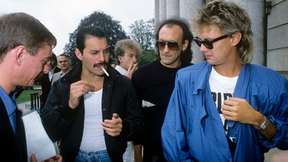 Queen (v.l. Unbekannt,  Freddie Mercury, John Deacon, Unbekannt,  Roger Taylor on 13.08.1984 in München/Munich. (The Grosby Group)
