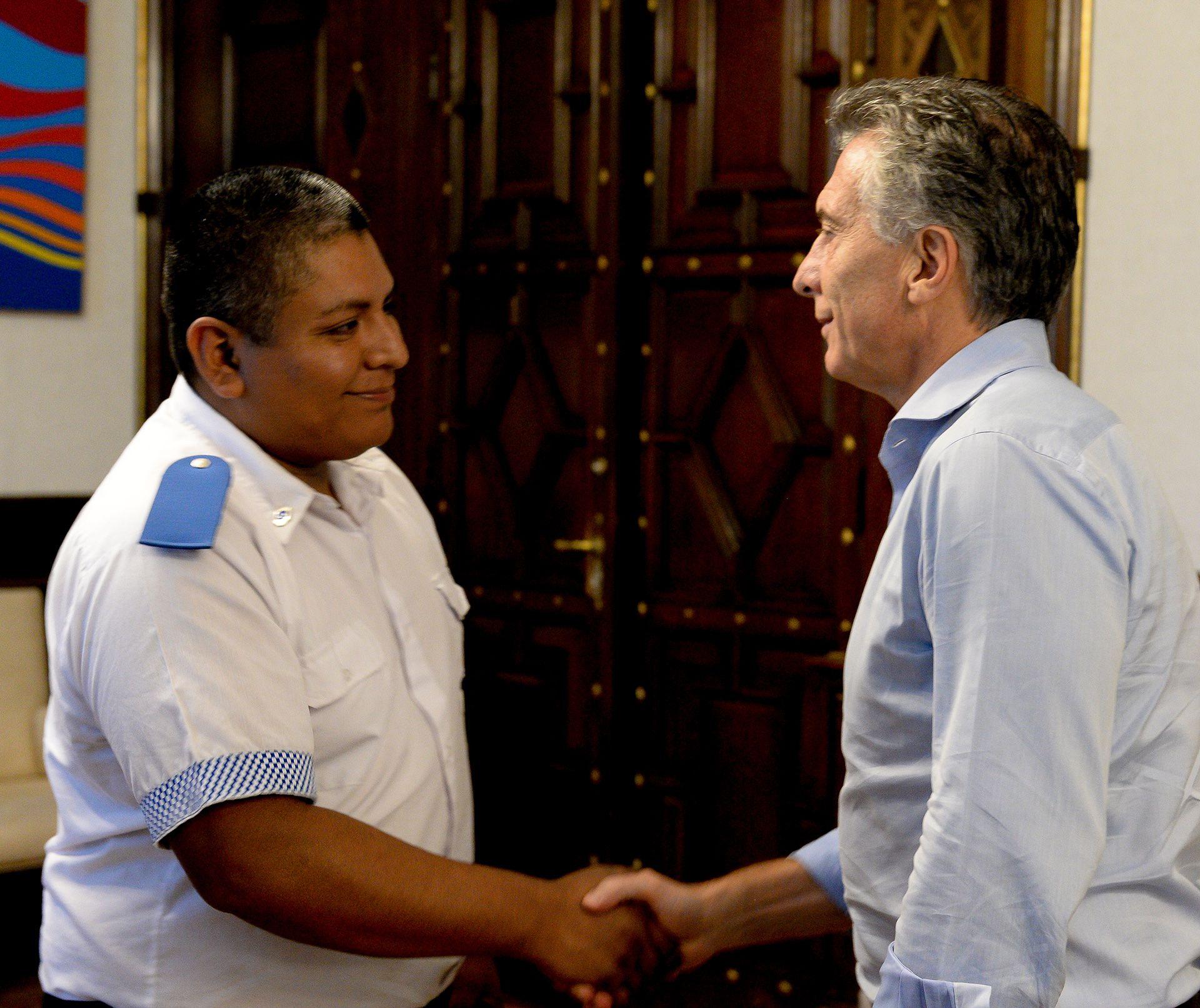 El presidente Mauricio Macri, junto a Luis Chocobar (Presidencia)