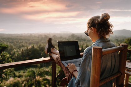 """La llamada """"workation"""" permite alargar la estancia en segundas residencias o en sitios de veraneo, programar viajes por más tiempo con la familia o amigos (Shutterstock)"""