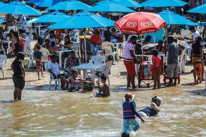 Lamentablemente fotos de las playas repletas de turistas que no siguen las indicaciones de sana distancia ni utilización de cubrebocas parecen indicar que el futuro cercano será menos alentador. (Foto: EFE/David Guzmán).
