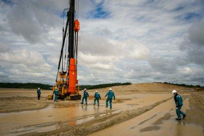 Trabajadores durante las obras de construcción de la planta petrolera de Svobodno. (Dimitar DILKOFF / AFP)