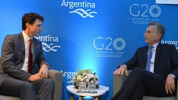 """""""¿Todavía seguís creyendo en que las inversiones del exterior te van a salvar? Nosotros en Canadá apostamos por el modelo de Nicolás Maduro: cerrar el mercado, pelearnos con Estados Unidos, vivir de lo nuestro. Va en sintonía con lo sustentable, lo orgánico""""."""