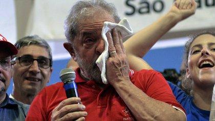 Lula da Silva, condenado a nueve años y medio de cárcel por recibir un lujoso tríplex en un balneario (AFP)