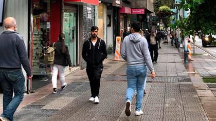 Las calles de Montevideo comienzan atraen a peatones una vez más (Catalina Weiss)