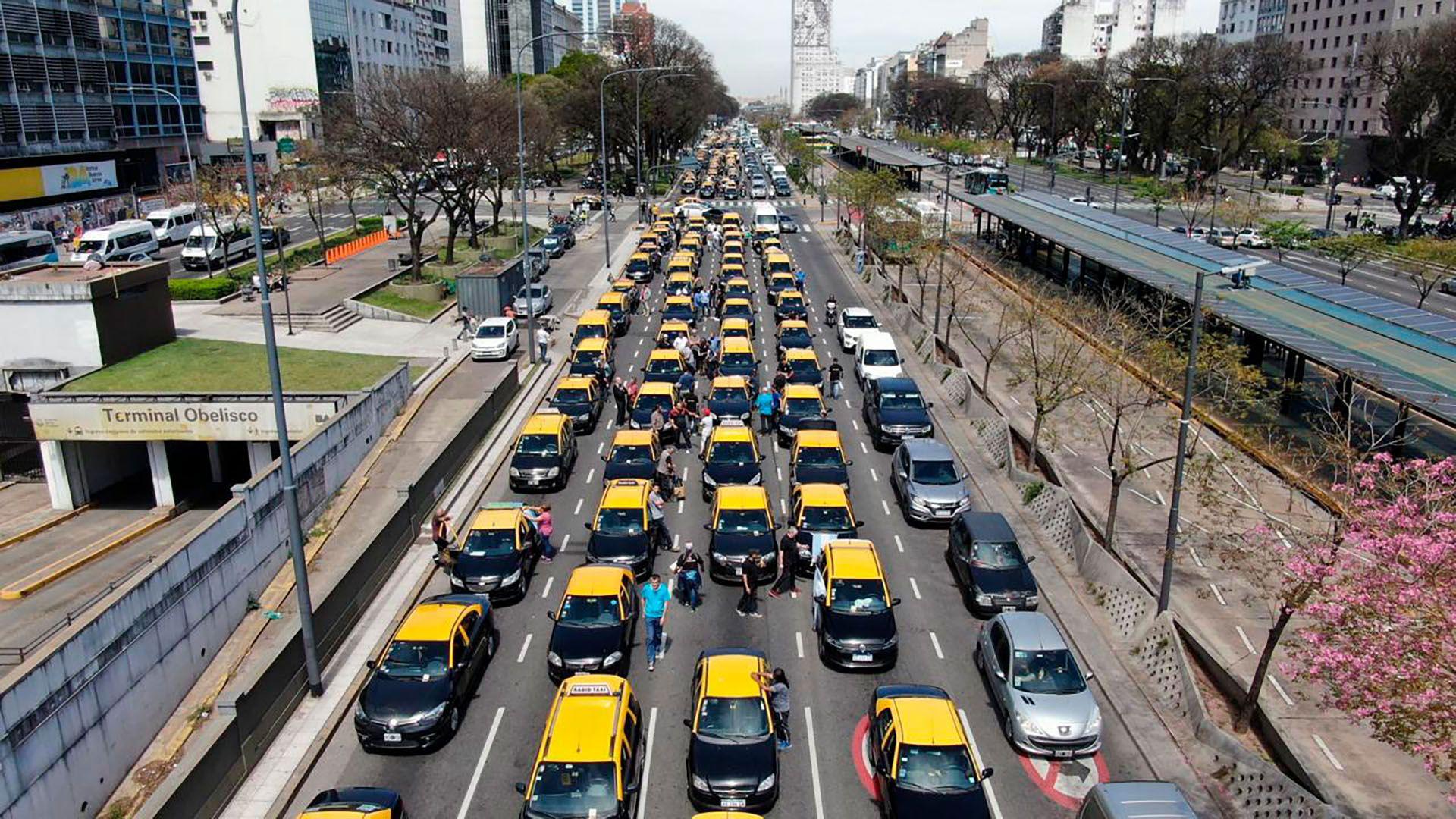 Los taxistas ocupan cuatro carriles de la 9 de Julio