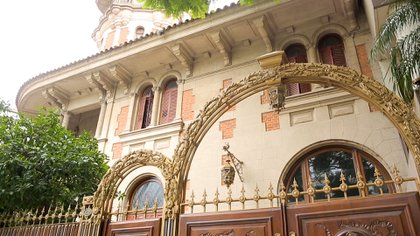 La facha emula los estilos arquitectónicos presentes van desde el neogótico y el neorrománico