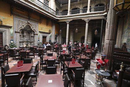 Centros comerciales podrán colocar mesas al aire libre. (Foto: AP)