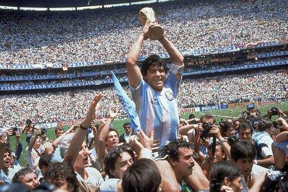 Maradona levanta la copa del mundo en 1986 (AP Photo/Carlo Fumagalli, File)
