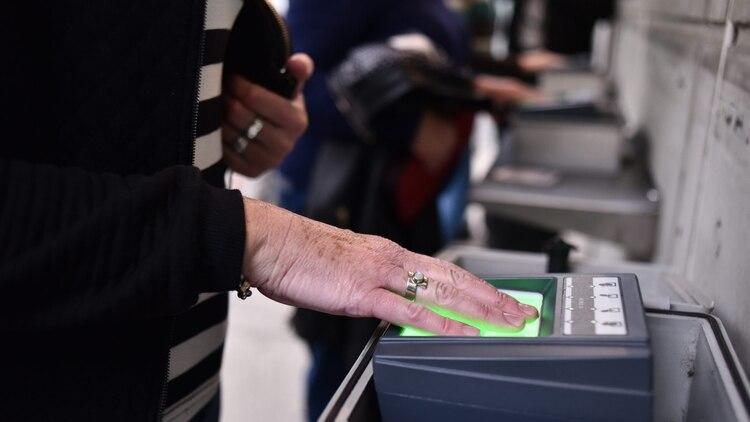 El nuevo formulario I-539 incluirá un examen biométrico obligatorio. (Adrián Escandar)
