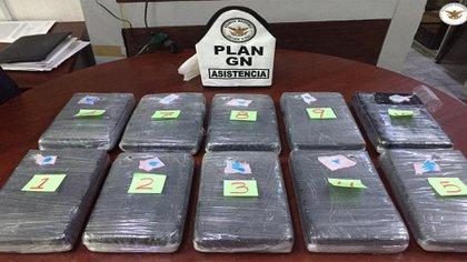 Fueron asegurados 10 paquetes de cocaína en el AICM (Foto: Twitter@GN_MEXICO_)