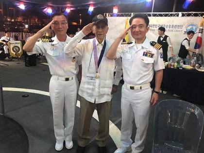 Capitán Luis Guillermo Peláez Isasa (Centro), en noviembre pasado, junto a dos oficiales coreanos.