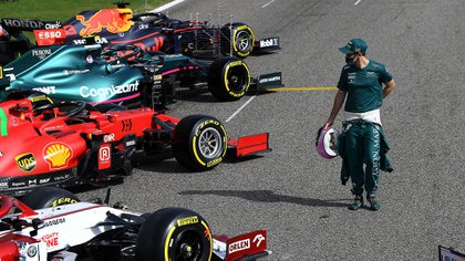 """Sebastian Vettel, que pasó a Aston Martin, """"investigando"""" a sus competidores (@F1)."""