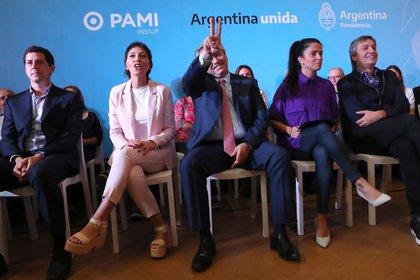 """El presidente Alberto Fernández. Detrás, """"Wado"""" de Pedro, Mayra Mendoza, Luana Volnovich y Máximo Kirchner"""