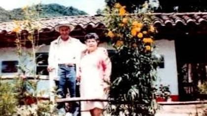 Los padres de Pablo Escobar, Abel Escobar y Hermilda Gaviria, en su finca ubicada en La Ceja, departamento de Antioquia