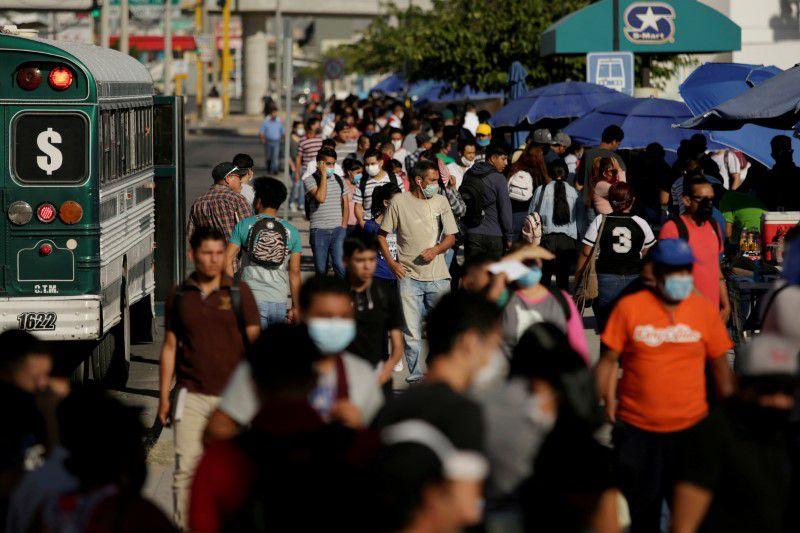 FOTO DE ARCHIVO: Solicitantes de empleo se congregan para postularse a puestos de trabajo en fábricas de ensamblaje mientras continúa el brote de la enfermedad por coronavirus (COVID-19) en Ciudad Juárez, México, el 17 de junio REUTERS/Jose Luis Gonzalez/File Photo