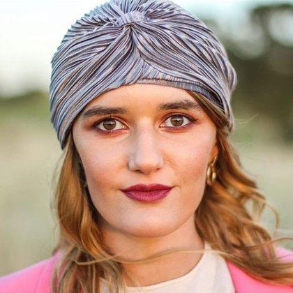 Carme Bustelo también posa para su marca con un turbante plisado de la colección de invierno