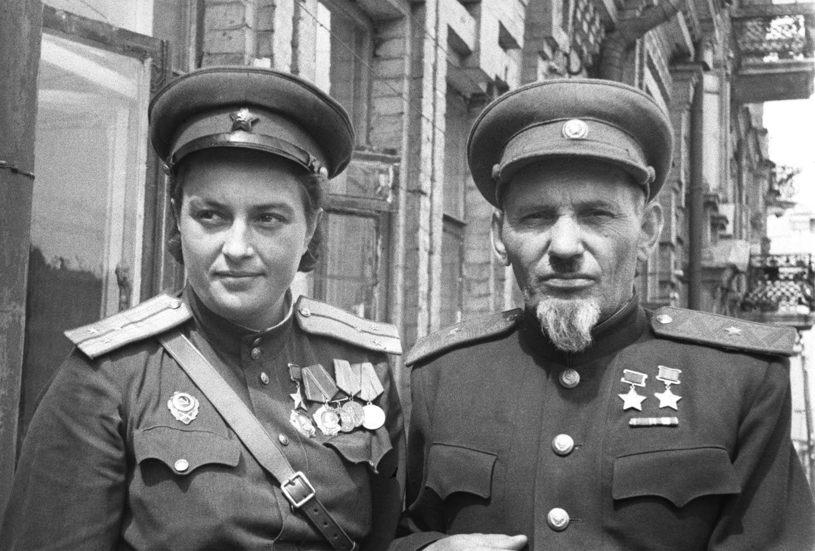 Pavlichenko junto a el general soviético Sidor Kovpak en una imagen de 1944 (Sovfoto/UIG via Getty Images)