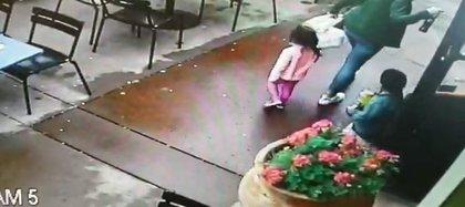 Los niños y su madre salían de un restaurante mexicano cuando fueron a comprar burritos cuando el auto llegó sorpresivamente y se estrelló a centímetros de ellos, por fortuna sólo tuvieron rasguños Foto: (Impresión de pantalla video Departamento de Napa)