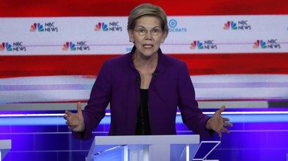 Antes de abrir los debates demócratas de 2019, la senadora Elizabeth Warren visitó un centro de detención para niños migrantes solos en Homestead, al sur de Miami. (REUTERS/Mike Segar)