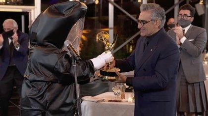 """Eugene Levy, de """"Schitt's Creek"""", recibe su premio Emmy con todos los recaudos para evitar la propagación del coronavirus (Foto: Image Group LA / American Broadcasting Companies, Inc./ ABC/ AFP)"""