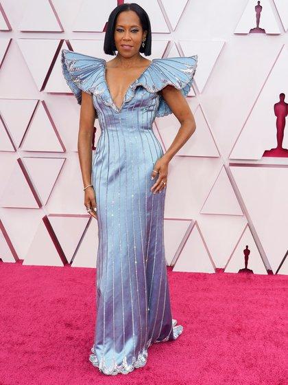 Regina King por Louis Vuitton. La actriz eligió a la maison francesa con un imponente vestido celeste metalizado, gran escote V y mangas armadas