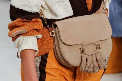 Una de las carteras presentadas en la semana de la moda de Milán by Tod's. Bandolera, con flecos y de gamuza