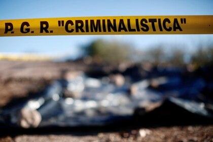 Foto de archivo. Un cordón colocado por la Fiscalía General de México se ve en la escena del crimen donde miembros de una familia de origen mormón fueron asesinados cerca de La Mora, Sonora, México, 11 de enero de 2020.. REUTERS/Carlos Jasso