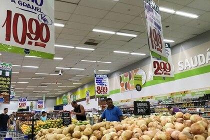 FOTO DE ARCHIVO: Clientes miran los precios en un supermercado en Río de Janeiro. 28 de julio de 2018. REUTERS/Sergio Moraes