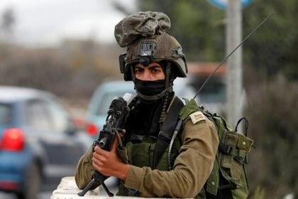 Un soldado israelí hace guardia cerca de la ciudad palestina de Nablus, el 4 de noviembre de 2020. REUTERS / Mohamad Torokman