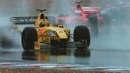 Heinz-Harald Frentzen (Jordan) rumbo al triunfo en Francia en 1999. Precede a Michael Schumacher (Ferrari). Ganó una carrera difícil bajo la lluvia (Archivo CORSA).