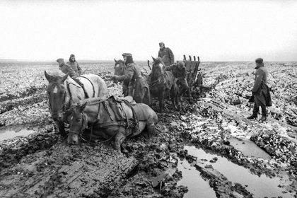 Tropas alemanas empantanadas en algún punto de Rusia durante la Segunda Guerra Mundial