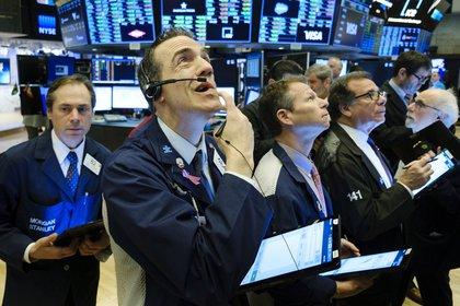 Agentes de bolsa trabajan en Wall Street, Nueva York (EFE/Justin Lane/Archivo)